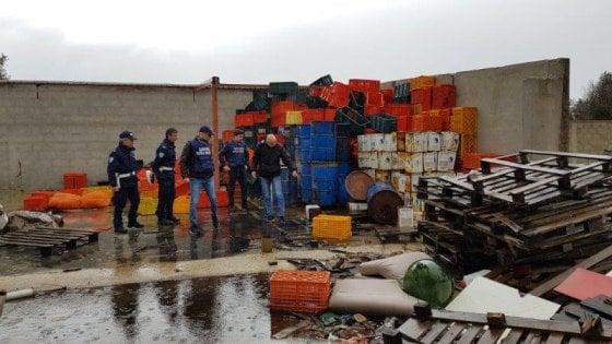 Lecce, sigilli all'ex calzaturificio diventato discarica: trovati rifiuti speciali abbandonati