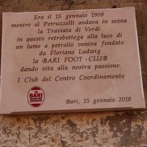 """Bari, la targa per celebrare i 110 anni della squadra divide i tifosi: """"Refuso o citazione storica?"""""""