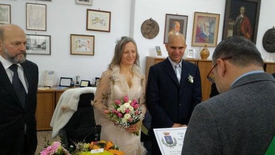 Brindisi, migrante si sposa ma non ha il permesso di soggiorno: lascia la moglie da sola e torna al Cie