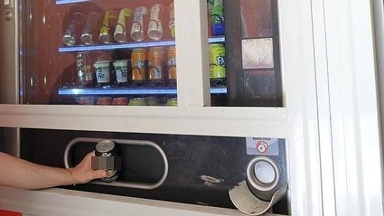 Trova un verme nella Coca Cola: 12enne di Andria al Pronto Soccorso