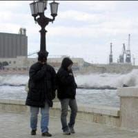 Bari, raffiche di vento e pioggia: volo Ryanair dirottato a Brindisi e ritardi