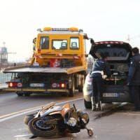 Taranto, 38enne muore cadendo in moto. I parenti aggrediscono cameraman