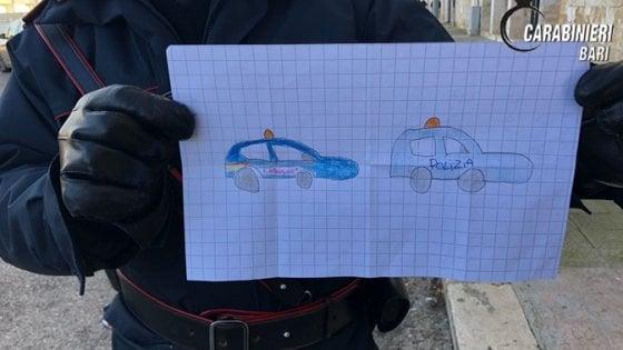 """Bitonto, bimbo dona un disegno ai carabinieri durante il blitz antimafia: """"Grazie che ci aiutate"""""""