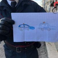 Bitonto, bimbo dona un disegno ai carabinieri durante il blitz antimafia: