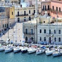 Brindisi, importava in Italia capi di abbigliamento contraffatti: bloccato