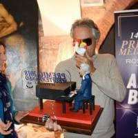 Andrea Bocelli e la sua statuina in terracotta realizzata a Rutigliano