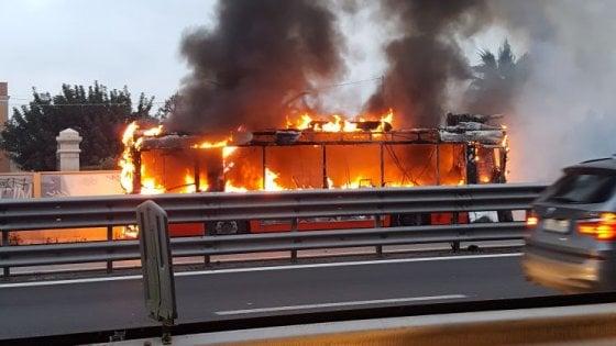 Amtab a pezzi, autobus divorato dalle fiamme sulla ss16