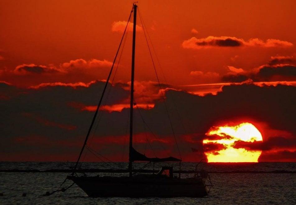 Porto Cesareo, la magia del tramonto a forma di Omega