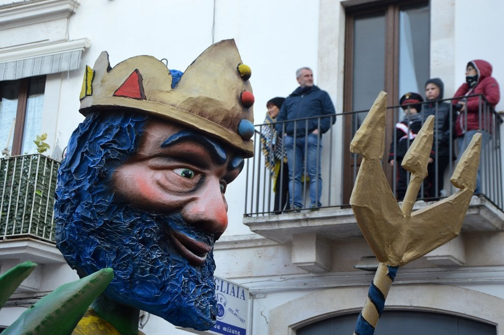 Putignano, la prima sfilata di carri: è il 624° Carnevale