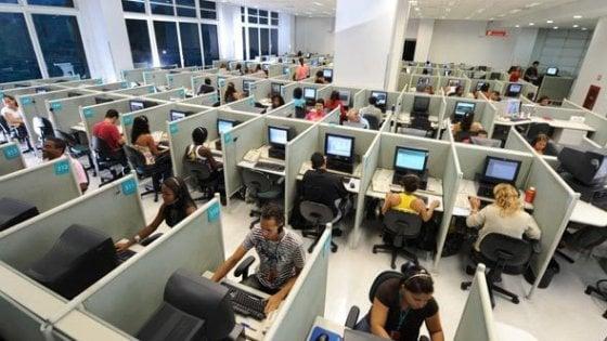 Taranto, chiuso un call center della vergogna: paghe da 40 euro al mese per chi stringe meno contratti