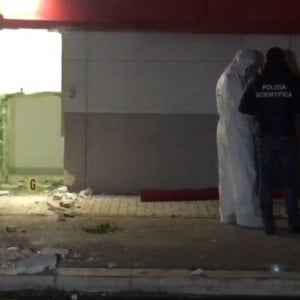 Foggia, assalto al supermercato con escavatore e chiodi a tre punte: rubati 20mila euro
