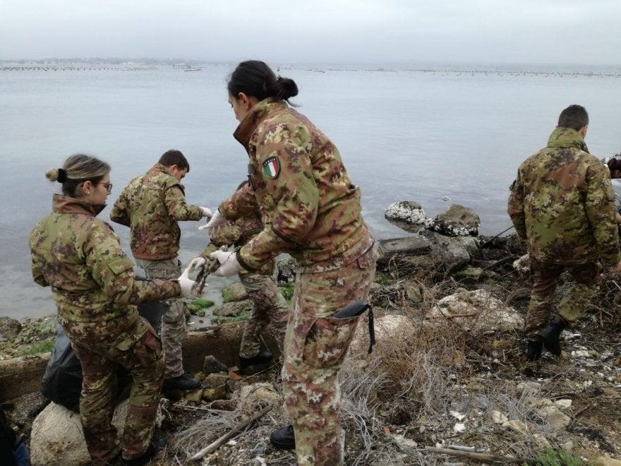 Taranto, i militari dell'Aviazione ripuliscono il Mar Piccolo