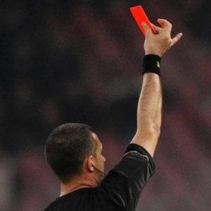 Brindisi, arbitro viene aggredito dai calciatori in campo e chiama i carabinieri: partita sospesa