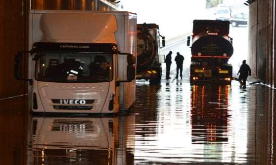 Bari, il sottopasso è allagato: traffico in tilt nei pressi della chiesa di Santa Fara