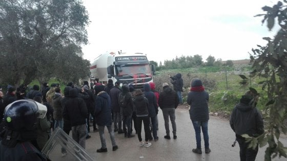 Gasdotto Tap, attivisti bloccano l'ingresso nel cantiere di San Foca: camion tornano indietro