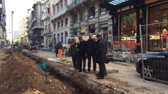 Bari, cocci di anfore e ossa sotto via Sparano: i lavori proseguono, ma con l'archeologo
