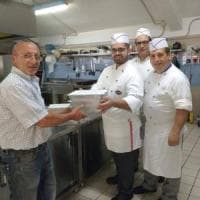 Bari, la seconda vita del cibo sprecato ai buffet: 'Avanzi popolo' lo distribuisce ai poveri