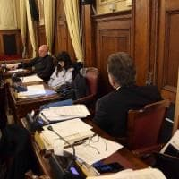 Bari, il consigliere comunale di spalle in aula per protesta: