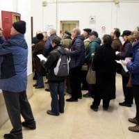 Bari, tutti in fila per chiedere la tessera elettorale: è caos nell'ufficio comunale