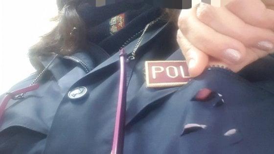 Taranto accoltella al petto una poliziotta lei si salva grazie al cellulare nel taschino