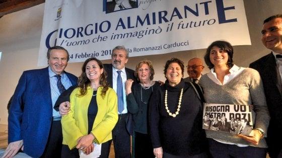 """Michele Emiliano al convegno su Giorgio Almirante tra le proteste degli antifascisti: """"E' un mio diritto"""""""