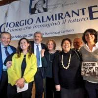 """Michele Emiliano al convegno su Giorgio Almirante tra le proteste degli antifascisti: """"E'..."""