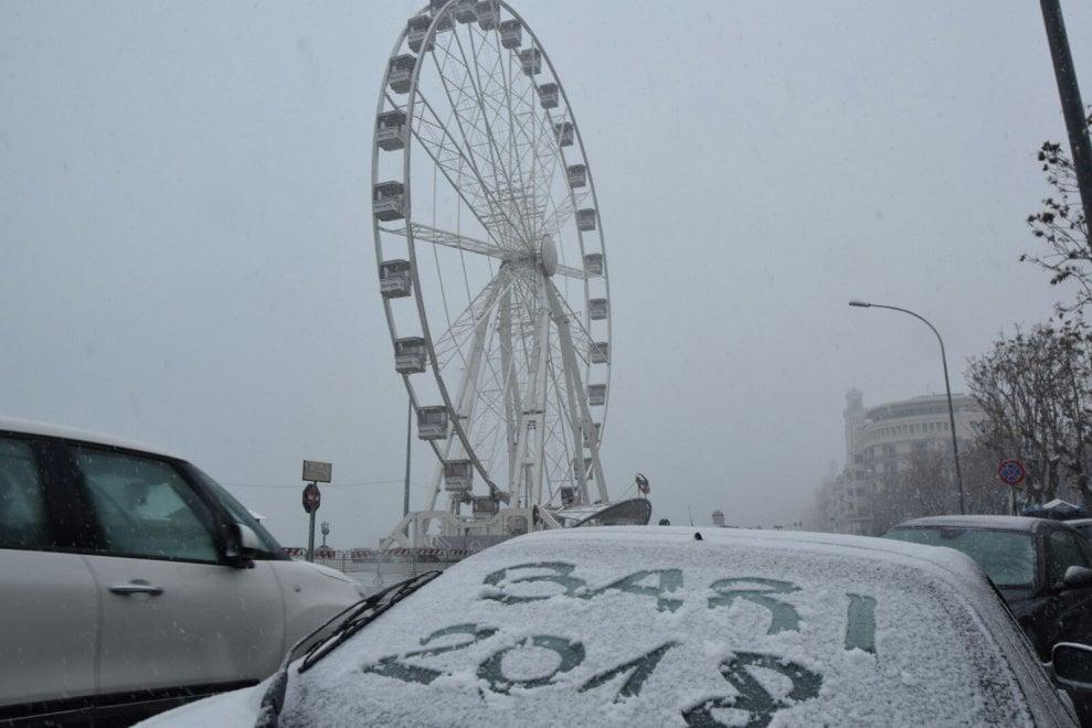 Bari sotto la neve, l'incanto del lungomare imbiancato