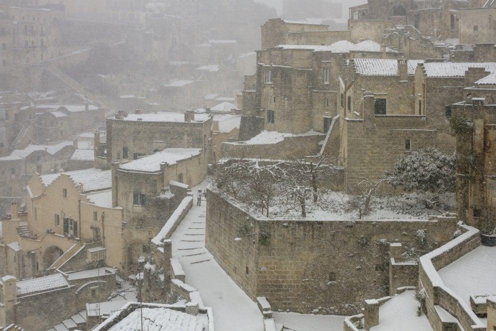 Matera, il fascino dei Sassi coperti di neve