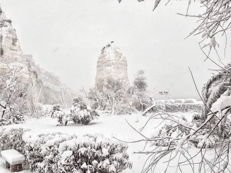 Neve su Pizzomunno, lo scoglio cantato da Max Gazzè