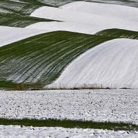 Neve e sole insieme, colline come onde tra Puglia e Basilicata