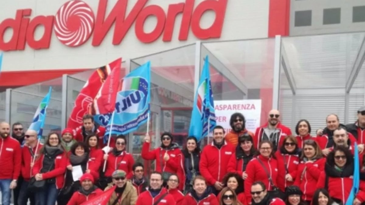 Bari in sciopero i dipendenti di mediaworld a santa for Costo seminterrato di sciopero