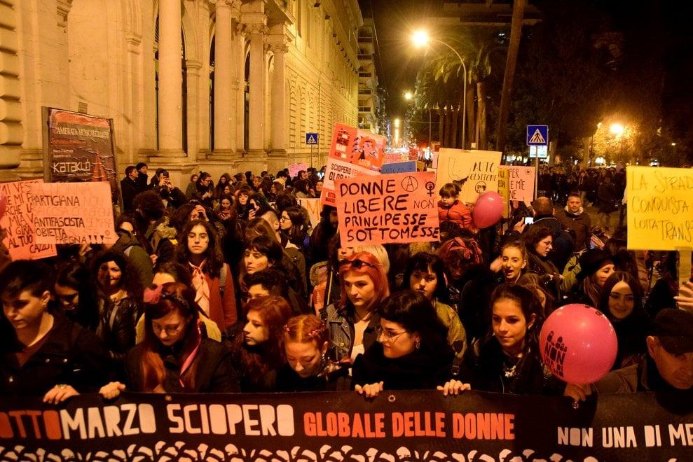 """""""Non una di meno"""", a Bari 300 donne in corteo contro la violenza"""