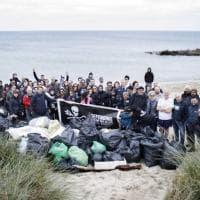Torre Guaceto soffocata dalla plastica: 100 volontari ripuliscono l'oasi
