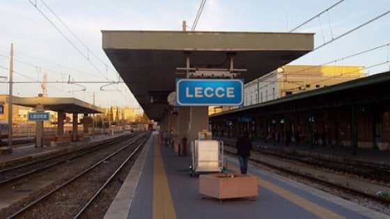 Lecce, clochard travolto da un treno: stava usando un rubinetto sui binari