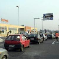 Bari, fanno incetta di cosmetici nel centro commerciale e vanno via senza pagare: due arrestate