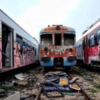 Bari, carrozze fantasma e rottami: è il cimitero dei treni