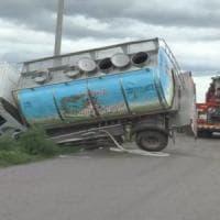 Taranto, 3 morti nello scontro tra un'auto e un camion: un bimbo di 4 anni