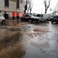 Bari, si apre una voragine in via Zara: traffico in tilt nel quartiere Madonnella