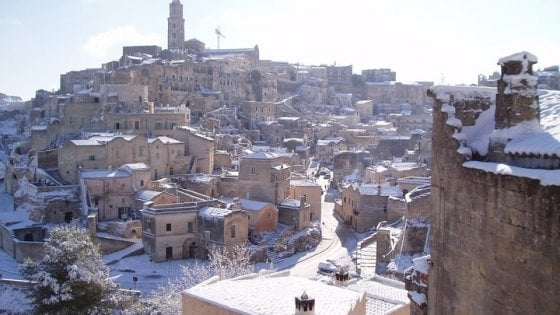 Neve, scuole chiuse a Matera e nel Foggiano. Cancellati decine di treni regionali
