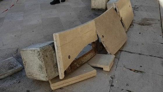 """Bari vecchia, distrutte le panchine di piazza Mercantile. L'ira di Decaro: """"Odiate la vostra città"""""""