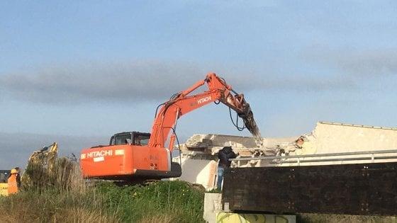Lecce, demolito un immobile abusivo: era sulla foce del fiume nel parco regionale