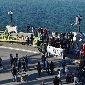 """Bari, flash-mob sui danni delle trivelle: """"Non nel nostro mare"""""""