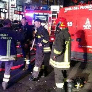 Lecce, a fuoco la termocoperta: evacuato un palazzo in centro. Gravi danni, nessun ferito