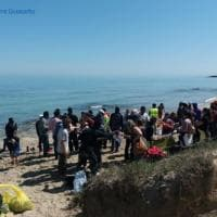 Torre Guaceto, i migranti ripuliscono l'oasi dai rifiuti