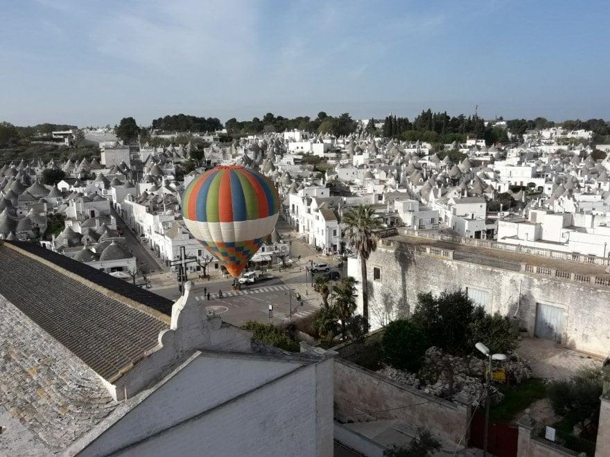 Alberobello, fra i trulli spunta una mongolfiera
