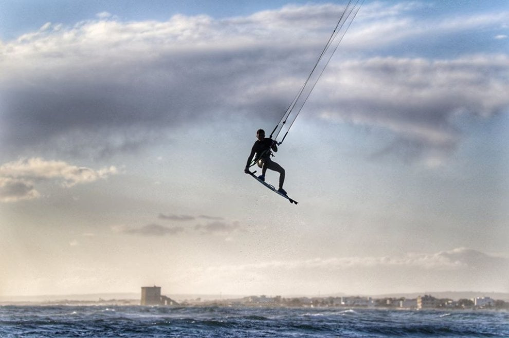 Lo spettacolo del kitesurf nel mare del Salento