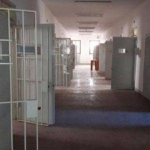 Matera, chiedevano soldi per i pacchi dei detenuti: arrestati due poliziotti del carcere