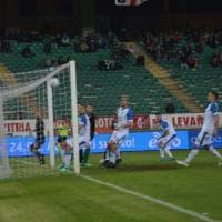 Il Bari pareggia 1-1 contro il Novara, la rimonta di Floro Flores non basta: il San Nicola fischia