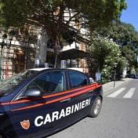 Lecce, accoltellano 28enne in piazza dopo una lite: arrestati padre e figlio
