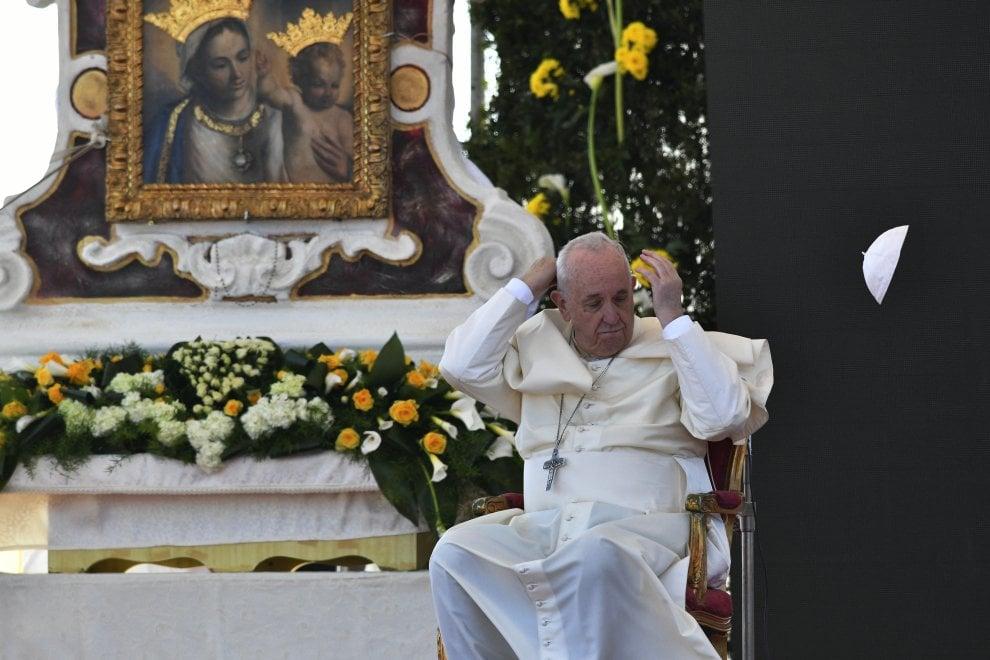 Papa Francesco sorpreso dal vento, vola la papalina